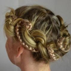 Wunderschöne Wiesn Frisur für langes Haar