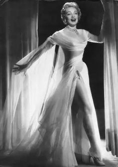 Marlene Dietrich in Windkleid