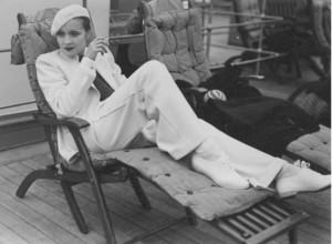 Marlene Dietrich im weissen Anzug